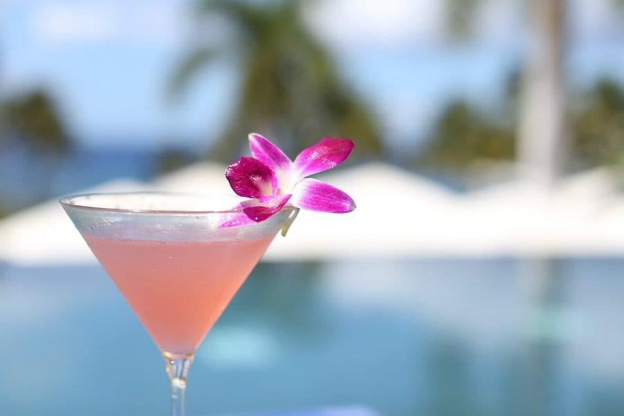 cocktail rosa in coppa martini