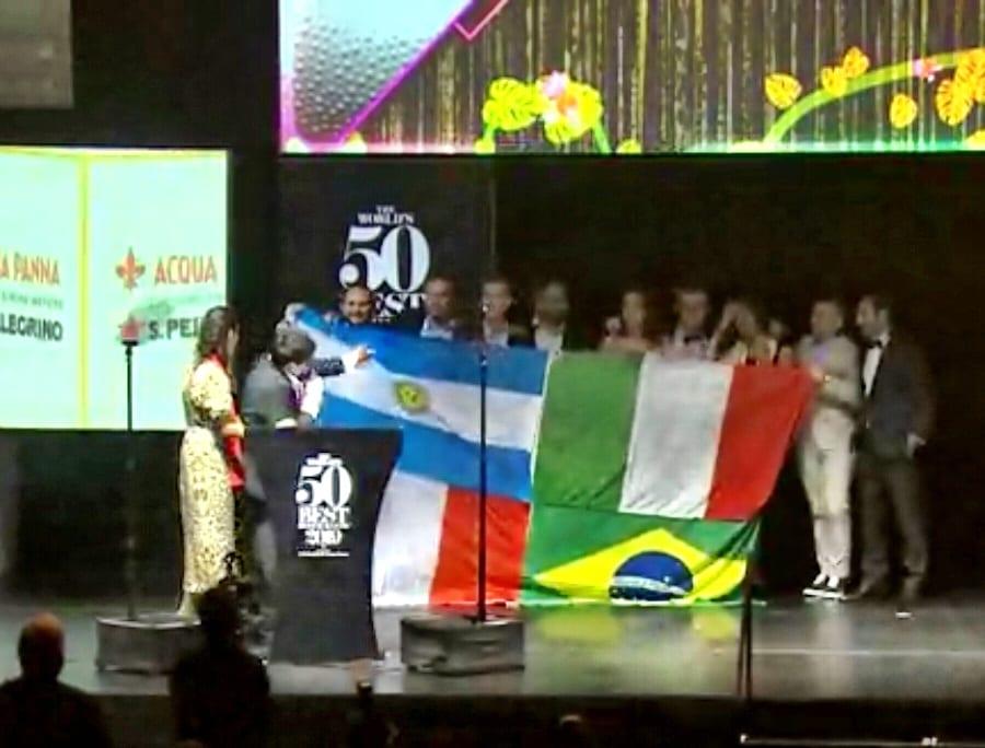 La bandiera di Mauro Colagreco sul palco della World's 50 Best Restaurants