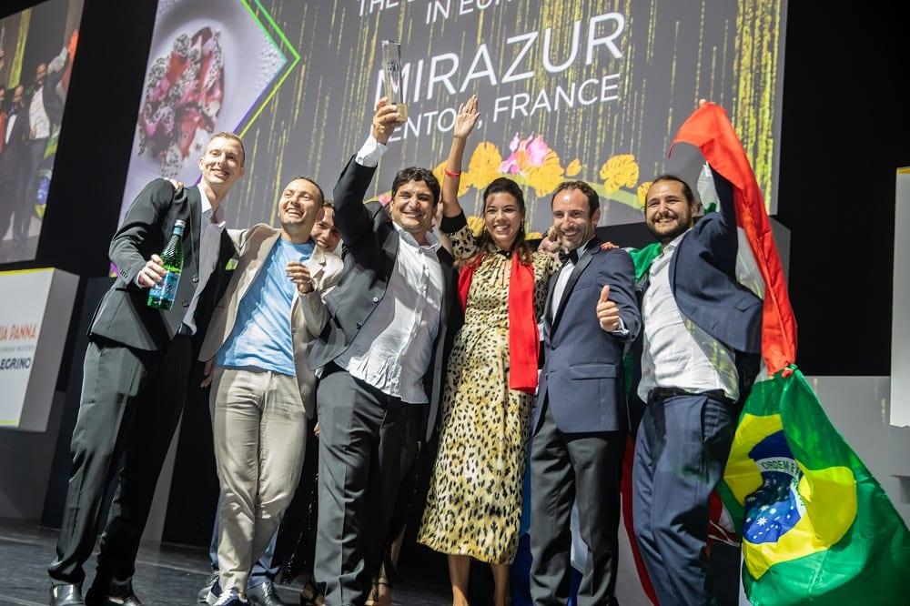 Mauro Colagreco e la sua squadra alzano il trofeo della 50 Best Restaurants sul palco