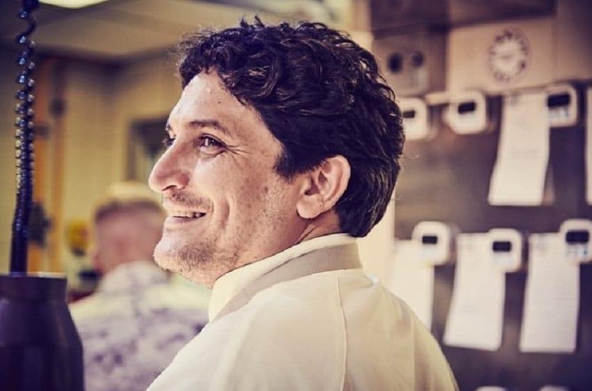 Ritratto di Mauro Colagreco in cucina di profilo, primo piano