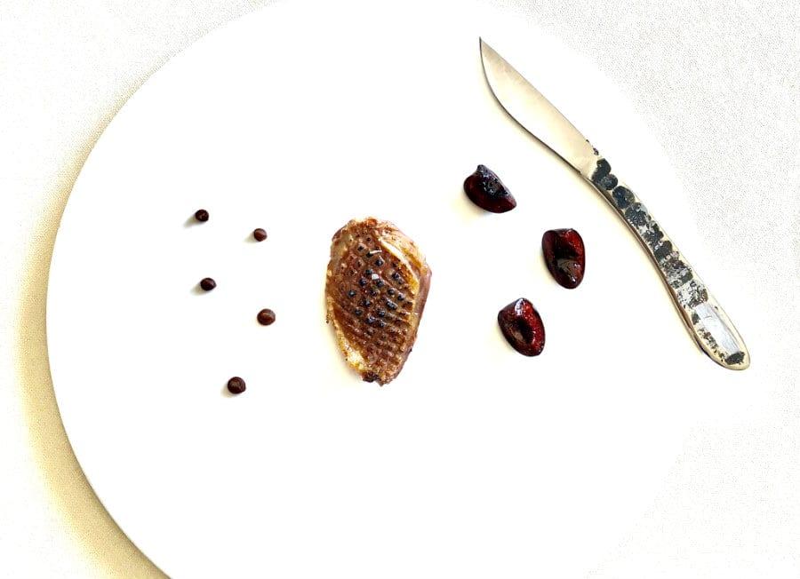 Un piatto con della carne e un coltello di Massaro