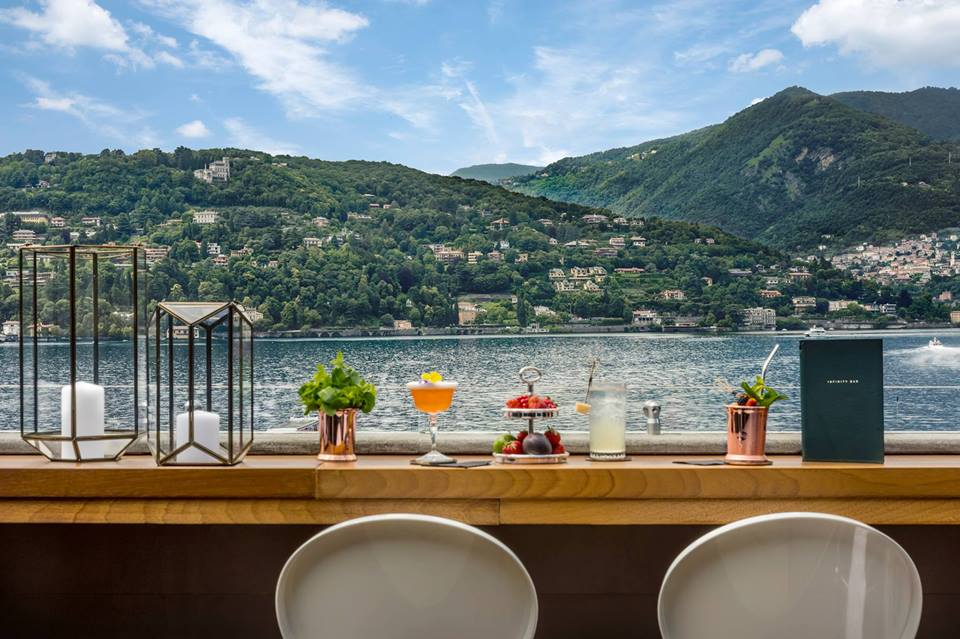 La terrazza affacciata sul lago di Como dell'hotel Vista Lago, con i cocktail sul banco