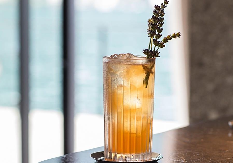 Un cocktail con ramo di lavanda all'hotel Sereno sul lago di Como