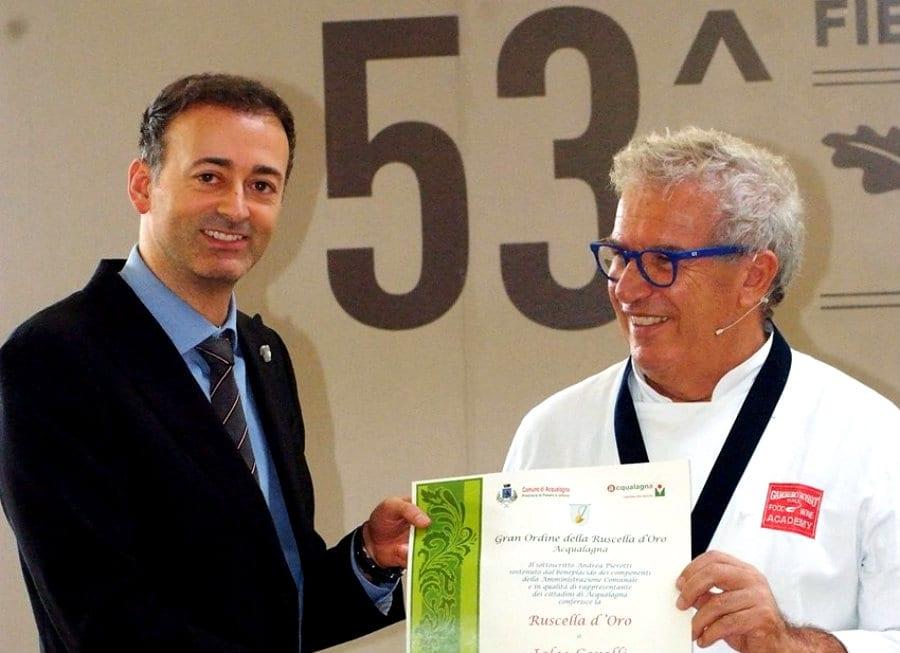 Igles Corelli ritira il premio alla fiera del tartufo di Acqualagna