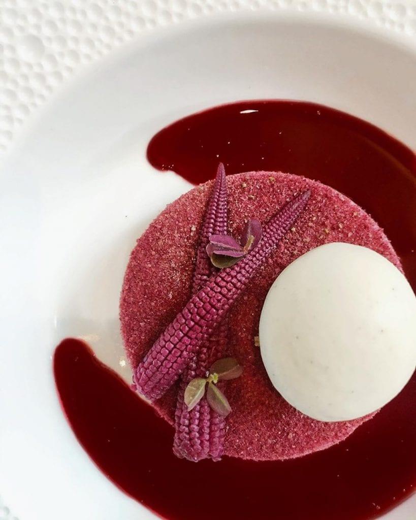 Un piatto di le bernardi, con pannocchiette e meringa di hibiscus e salsa rossa