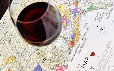 cartina geografica e bicchiere di vino