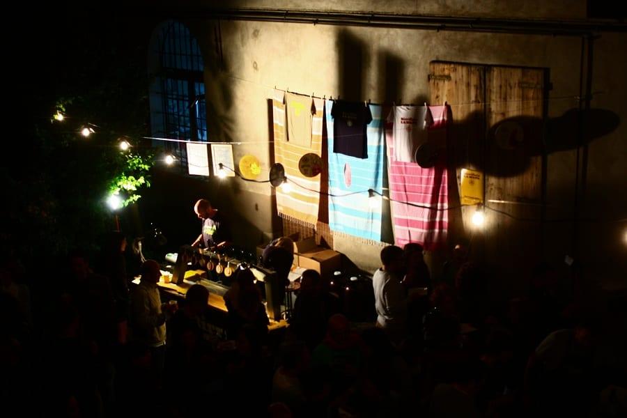 Djset serale in un cortile di Faenza