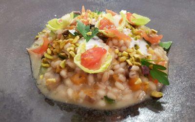 Un piatto di orzo con le verdure