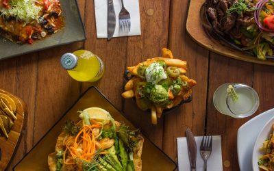 Una tavola imbandita con cibo a domicilio