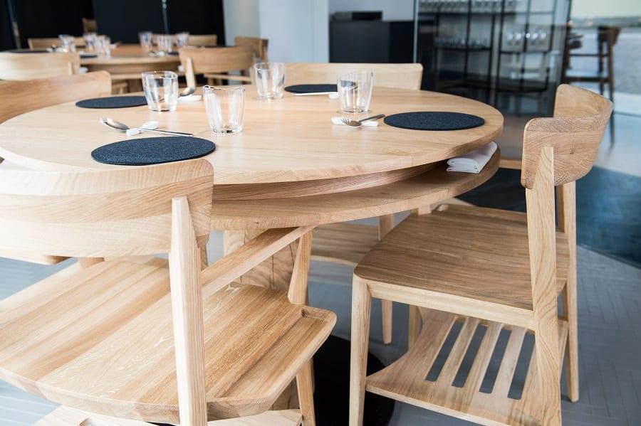Il tavolo con la mensola portaoggetti e la sedia con un solo bracciolo. foto Sebastiano Rossi