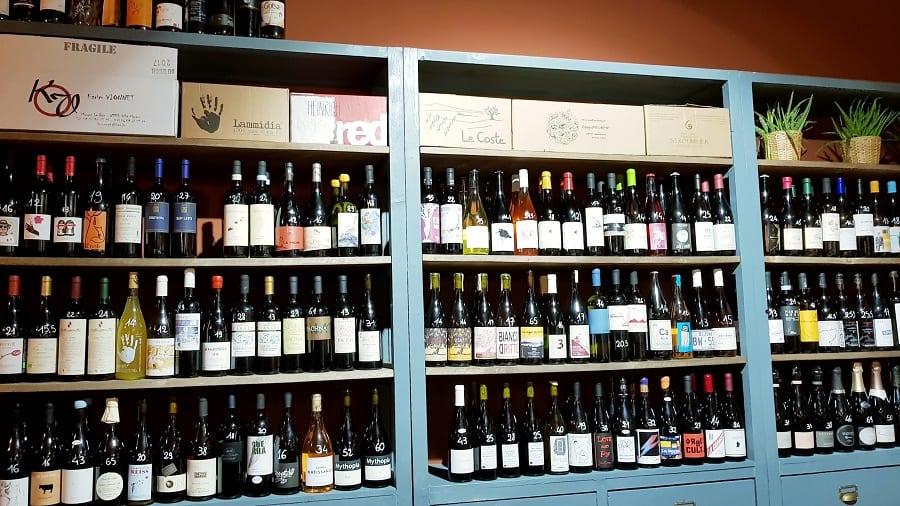 Le bottiglie a scaffale dell'Enoteca Naturale