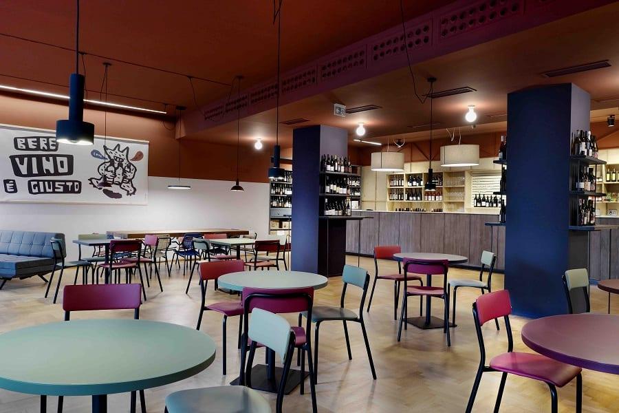 La sala dell'Enoteca Naturale con tavoli e sedie colorate