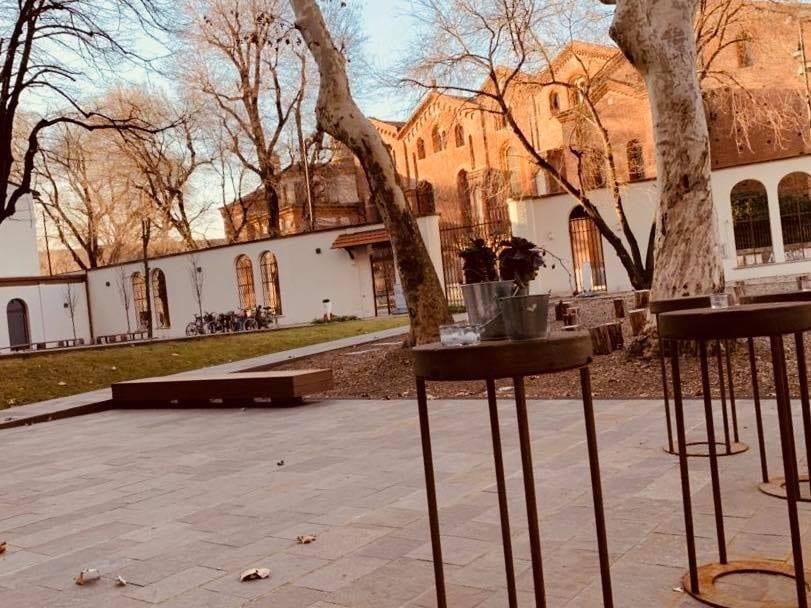 Il cortile dell'Enoteca Naturale con vista sulla basilica di Sant'Eustorgio
