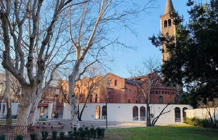 Il giardino di Enoteca Naturale con vista sulle basiliche per l'aperitivo a Milano