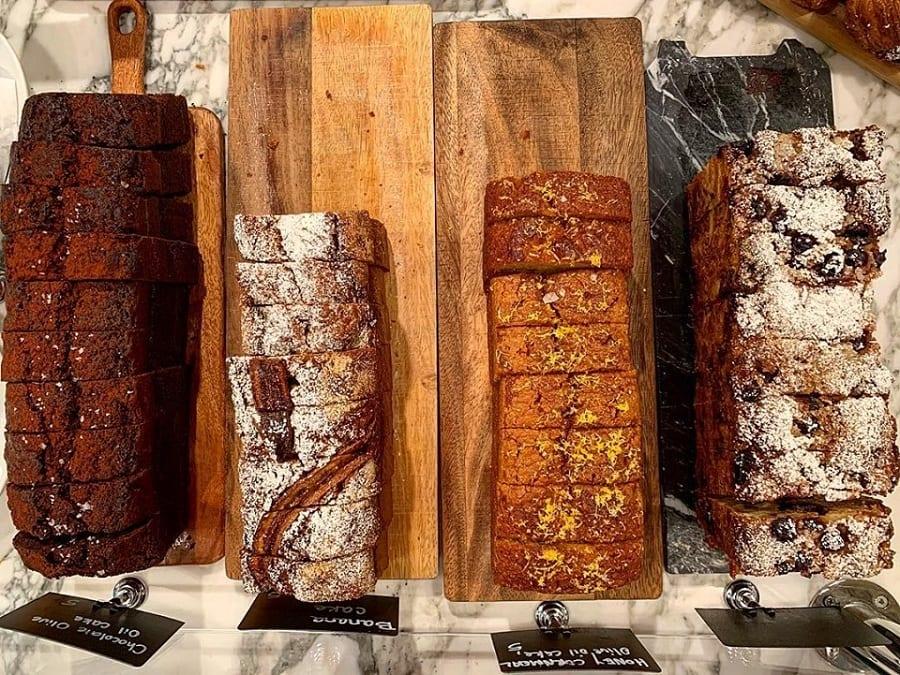 Bauletti di pane tagliati a fette su tagliere in legno, visti dall'alto
