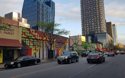 Essex Street a New York, con il vecchio Essex Market e il nuovo edificio sullo sfondo