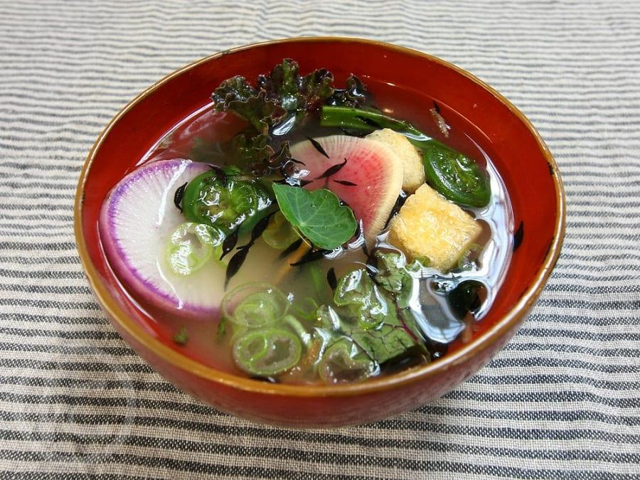Una ciotola di ramen con verdure e miso