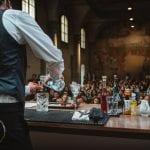 Florence Cocktail Week: una lezione sul palco, con il bartender ripreso di spalle