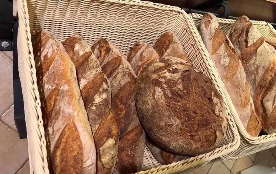 Filoni e pagnotte di pane in cesti di vimini