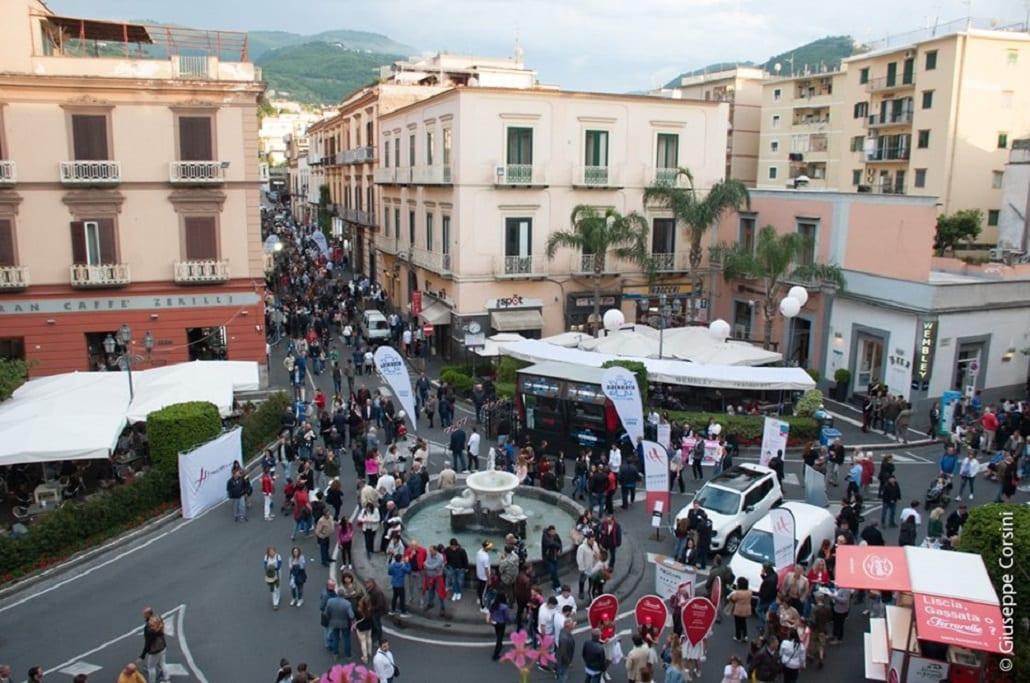 Una vista delle strade di Vico con molte persone