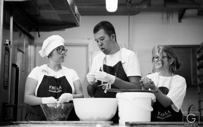 I ragazzi di Frolla, biscottificio di Osimo, al lavoro in cucina