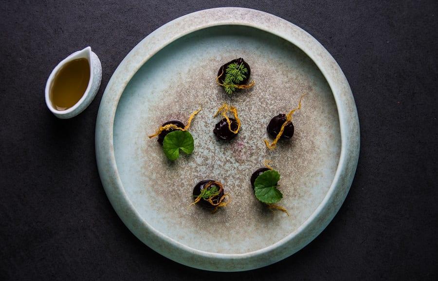 Gnocco di rapa rossa, sfilacci di seppia e brodo di cappero (piatto di Inkiostro, in carta da una settimana) (2)