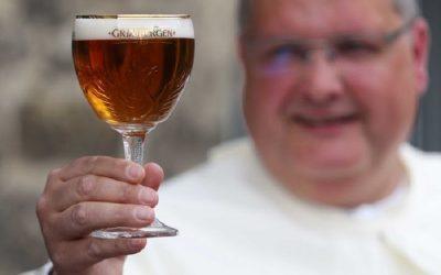 Un monaco tiene in mano un calice di birra