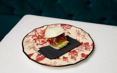 Il taka bun della Gucci Osteria su piatto in porcellana con fiori rossi