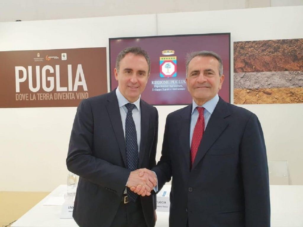 La stretta di mano per la presentazione della guida Puglia