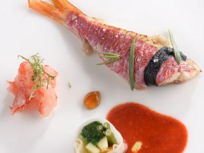 Triglia con polvere di mandorle alghe, tartare di gamberi, involtino con sfoglia di riso con asparagi, cime di rapa e julienne di carote