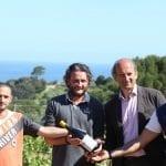 Foto Marchese de Frescobaldi con il vino e alcuni detenuti