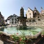 Eguisheim la place du Chateaux con la fontana di San Leone papa Leone IX nato a Eguisheim