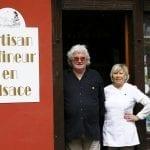 Gli artigiani del foie gras Marco Wilmann e la moglie Marianne davanti al negozio Liesel di Ribeauville in Alsazia