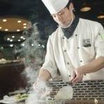 Cuochi in azione alla piastra del ristorante Yama di Pechino