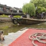 In barca sul canale del villaggio di Xitang in Cina