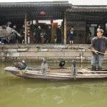 Pescatori con pellicani a Xitang villaggio sullacqua in Cina