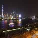 Shangai il distretto finanziario di Pudong visto dalla terrazza del Peace Hotel