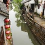 Un canale di Xitang villaggio sullacqua in Cina