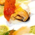 Cozze ripiene di pecorino romano pomodoro dry pane croccante e pesto