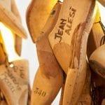 Forme per scarpe con i nomi degli acquirenti quella di Jean Alesi campione di Formula 1