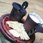 Polonia Degustazione del tipico formaggio Oscypek da latte di pecore nel Parco Nazionale dei Monti Pieniny nella regione di Podhale
