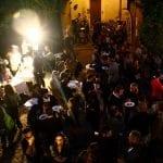 Un cortile di Faenza, di sera, affollato di persone per la Cena Itinerante
