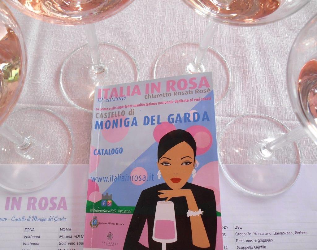La tovaglietta di assaggio co i calici e il catalogo di Italia in Rosa 2019
