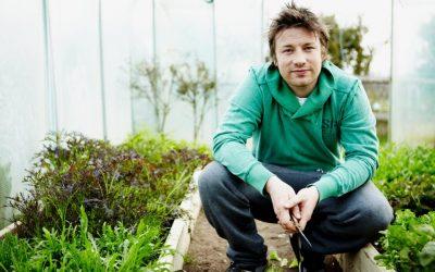 Jamie Oliver in serra mentre taglia le erbe aromatiche