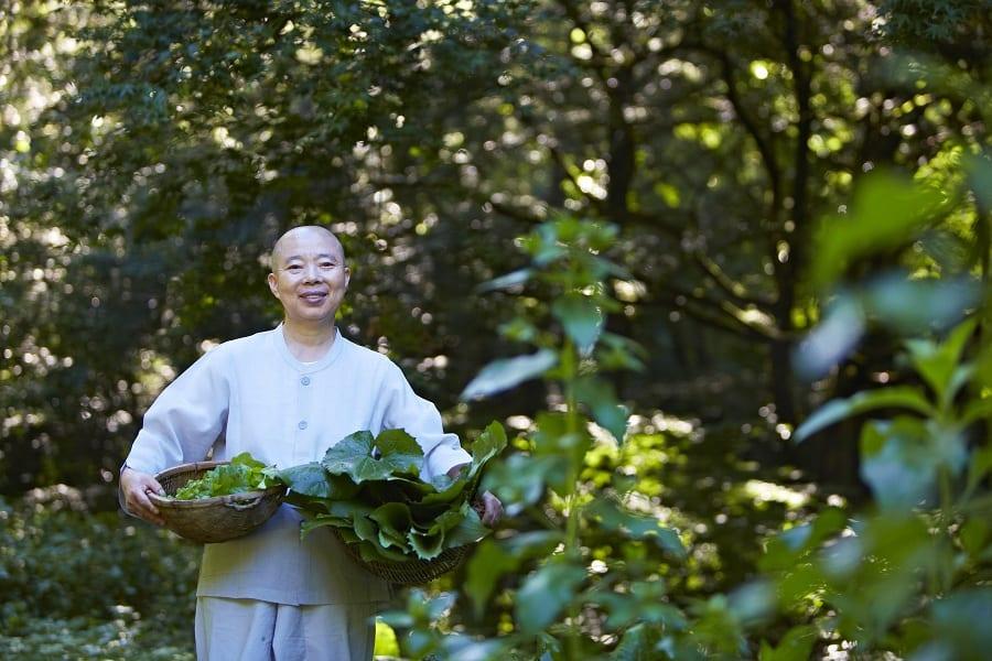 Jeong Kwan nell'orto