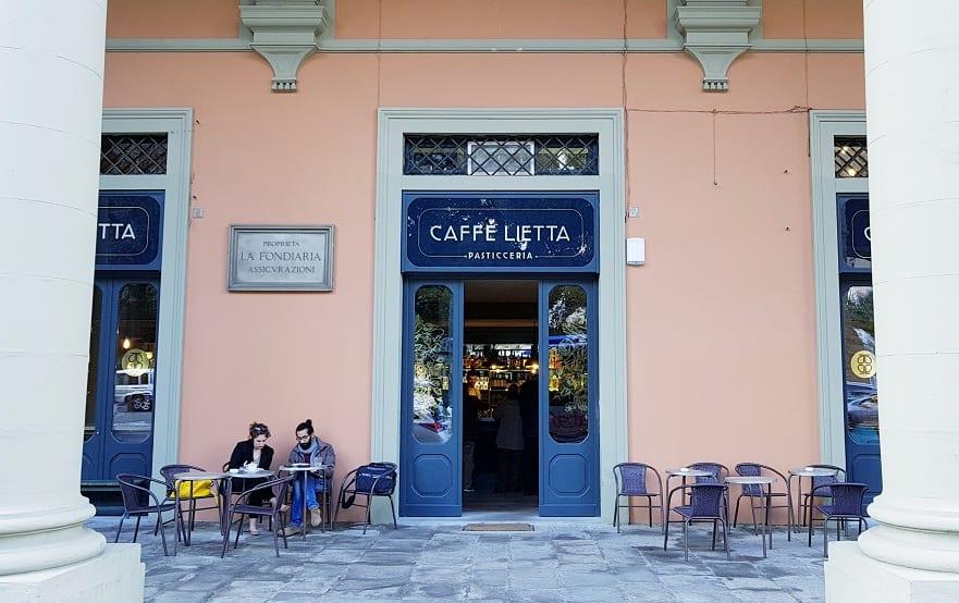 L'ingresso del Caffè Lietta sotto il loggiato di piazza della Libertà