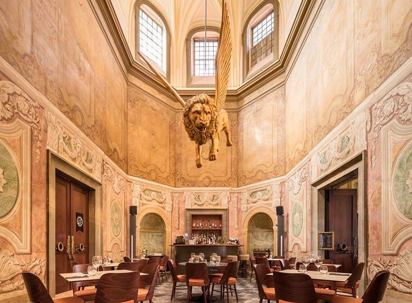 Il foyer di Palazzo Chiado a Lisbona, con il leone alato dorato