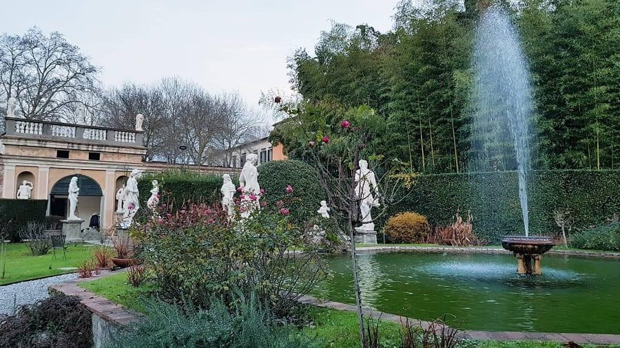 Fontane e statue nel giardino di Palazzo Pfanner