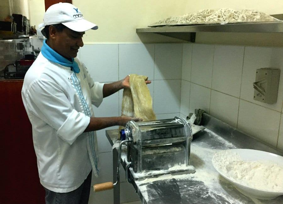 Cocoons Maldives - uno mentre prepara la pasta fresca