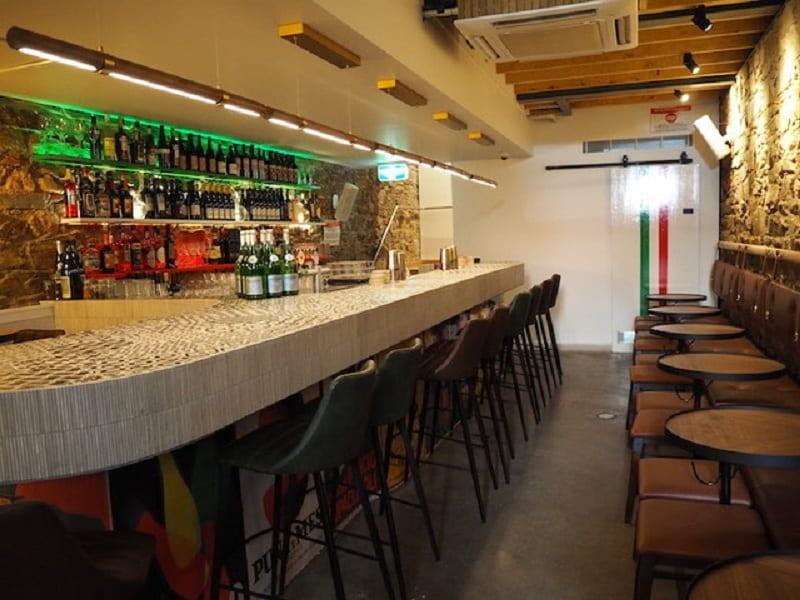 L'open bar di Mallozzi con bancone e sgabelli